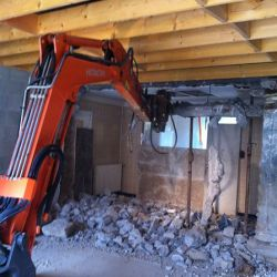 Deconstruction en milieu confine avec pince de demolition